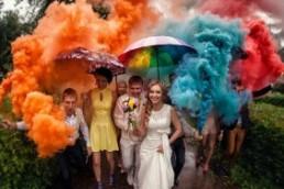 Цветные дымовые фонтаны – отличная идея для свадебной фотосессии