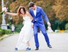 Кроссовки и вечернее платье: смелое сочетание