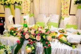 Искусственные цветы на свадебном торжестве: да или нет